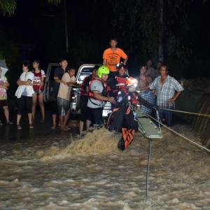 Khao Maikaew man hurt when river sweeps away SUV