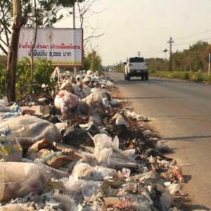 Filthy litterers slammed by locals in Chiang Mai as ignored sign says it all!