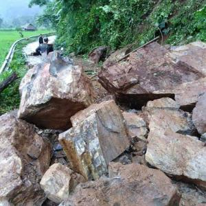 Landslide leaves large rocks blocking Mae Hong Son roads