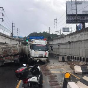 No injury as trailer truck loses control in Phuket Darasamut Underpass