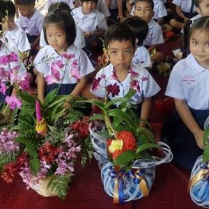 Phuket Students pay respect to their teachers on national Wai Kru Day