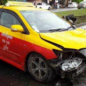 Two car accidents occur within minutes of each other on Thepkrasattri Rd