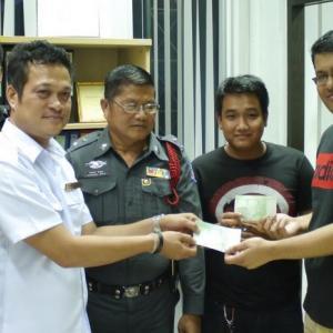 Phuket van driver returns large sum of lost cash to tourist