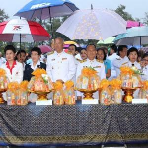 Phuket residents, officials mark Queen's Birthday and Mother's Day with alms ceremony