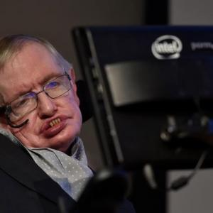 Scientist Hawking blames UK government for health service 'crisis'